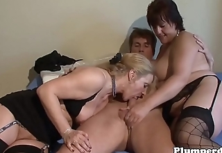 BBW sucking detect during threesome scene