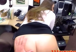 Fingered pawnshop amateur gets facialized
